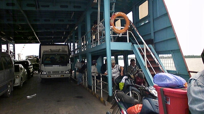 The ferry crossing Mekong river to Tra Vinh